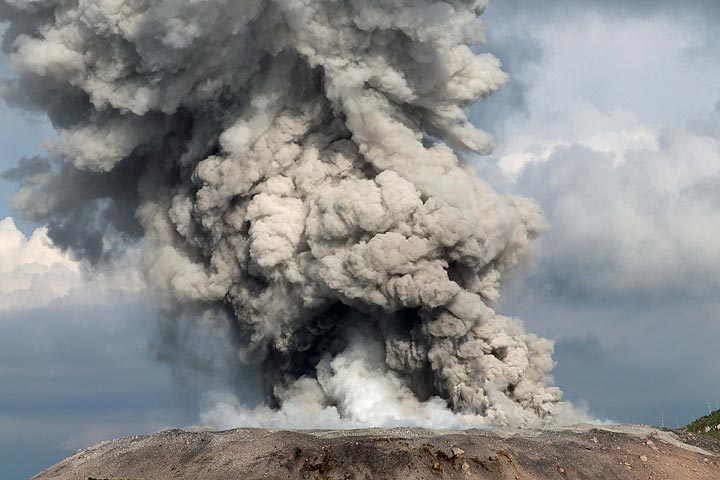 VolcanoDiscovery: volcanoes worldwide - news, info, photos, and tours to volcanoes and volcanic areas, earthquake information