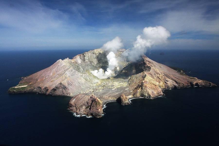 выбрать картинки про остров вулкана чем