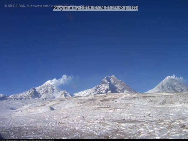 Bezymianny (l), Kamen (m) and Klyuchevskoy (r) volcanoes seen from the east (image: RAS)