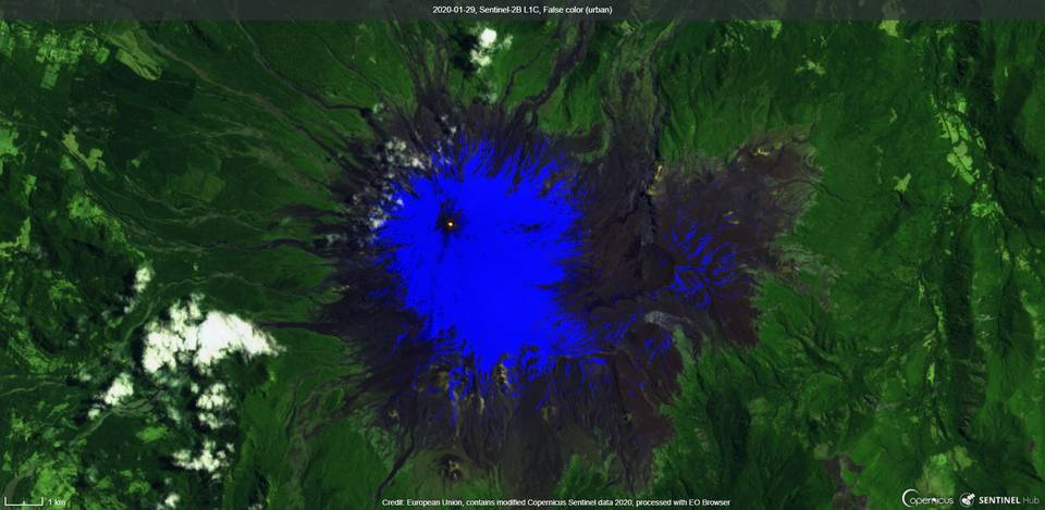 Incandescence from the Villarrica´s summit crater (image: Sentinel 2)