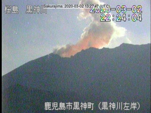 Glow and white plume from the Sakurajima´s crater (image: JMA)