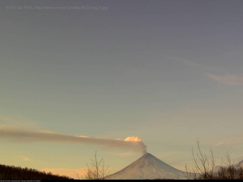 Erupting Klyuchevskoy volcano on 19 March (image: KVERT)