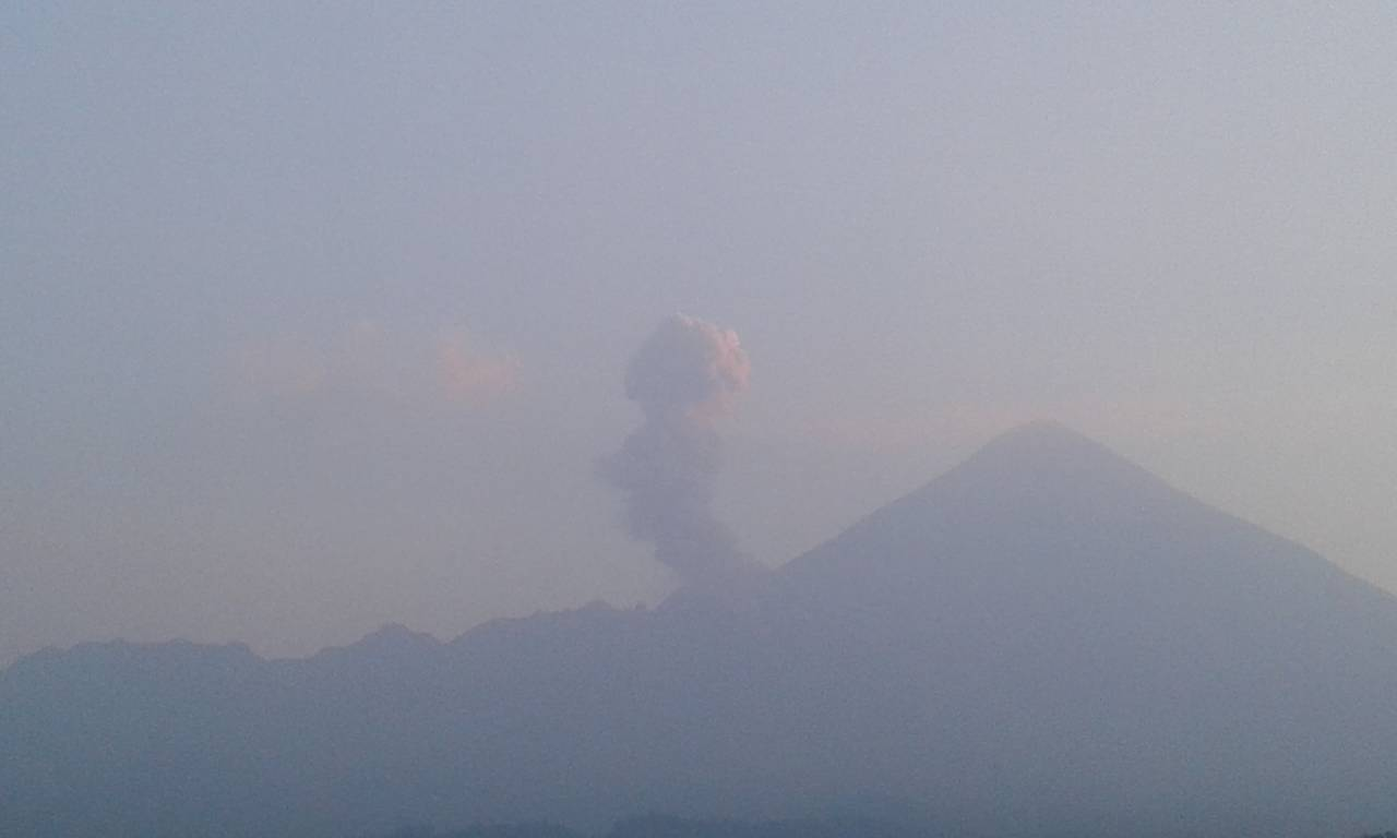 An explosion from Santiaguito volcano with Santa Maria in the background (image: INSIVUMEH)