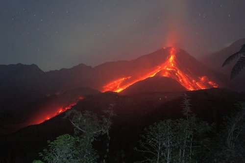 avalanches of ash and incandescent blocks produced by the growth of the volcanic dome of the volcano Santiaguito Caliente - Guatemala in January 2012 (Yashmin Chebli)