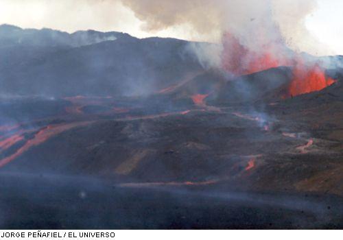 Eruption of Sierra Negre volcano on 25 Oct. 2005 (Photo: Jorge Penafiel / El Universo)