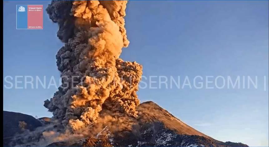 Vigorous eruption from Nevados de Chillán volcano (image: @Sernageomin/twitter)