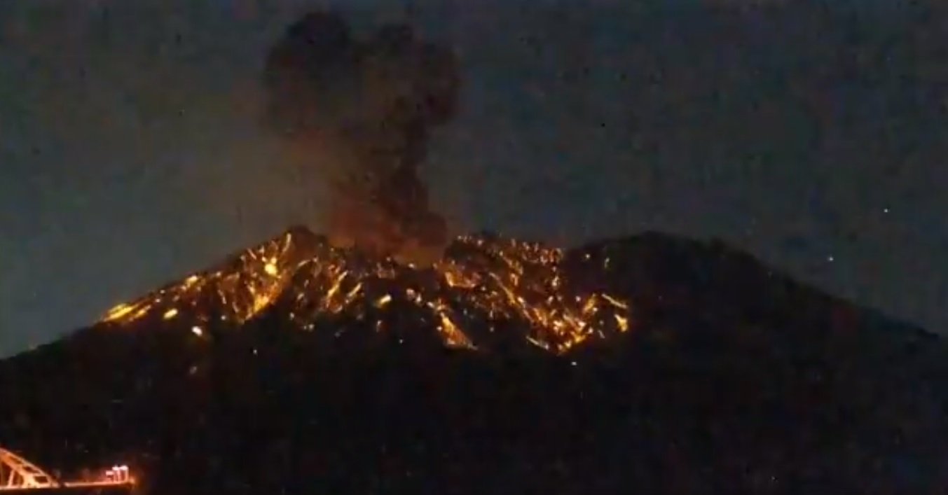 Explosion from Sakurajima volcano today (image: @DavidHe11952876/twitter)