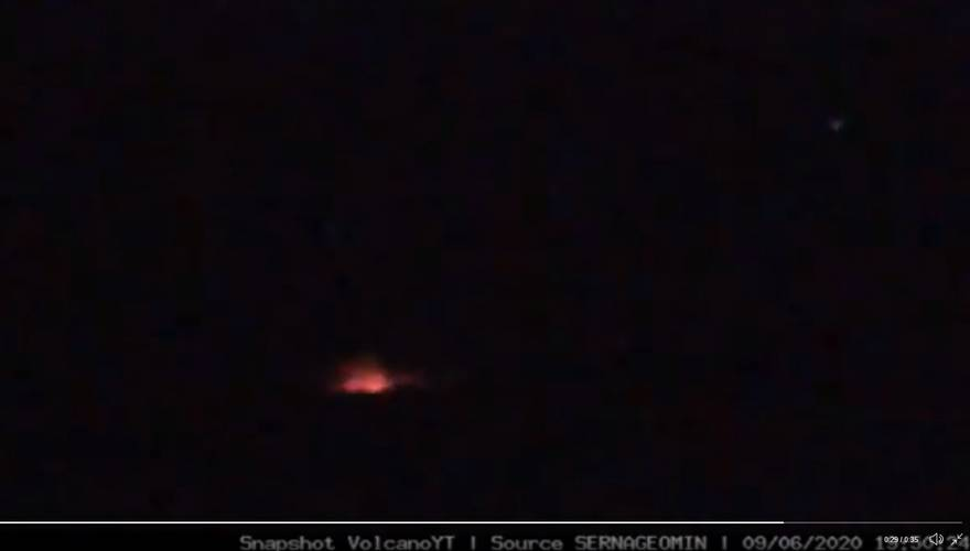 Glow visible at night from Nevados de Chillán volcano on 9 June (image: @VolcanoYTz/twitter)