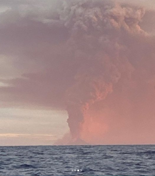 The highest ash plume from Nishino-shima volcano since 2013 (image: @hidemaru.0916/instagram)