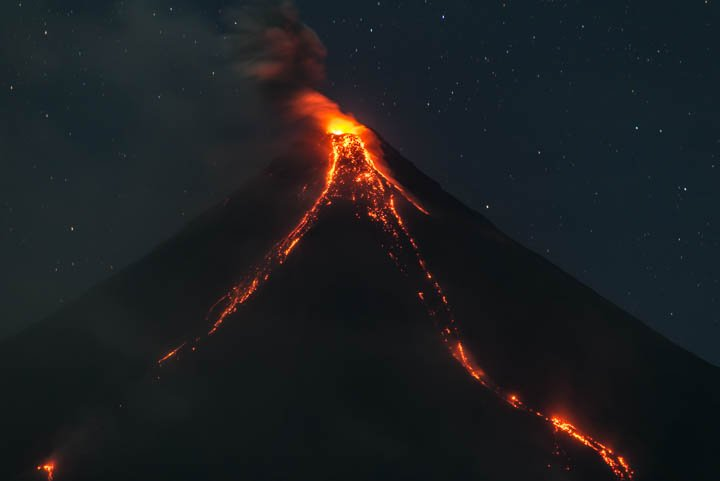 Mayon volcano this evening (22 Feb 2018) with the active lava flows (image: Tom Pfeiffer / VolcanoDiscovery)