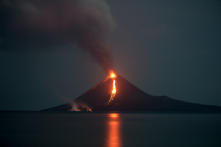 New lava flow on the southern flank of Anak Krakatau on 19 Nov evening (image: Tom Pfeiffer / VolcanoDiscovery)