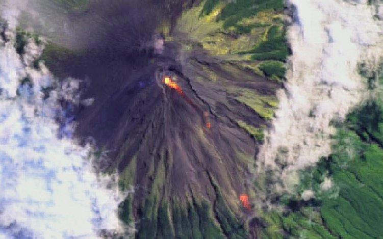 Descending lava flows from Semeru volcano (image: @tonyveco/twitter)