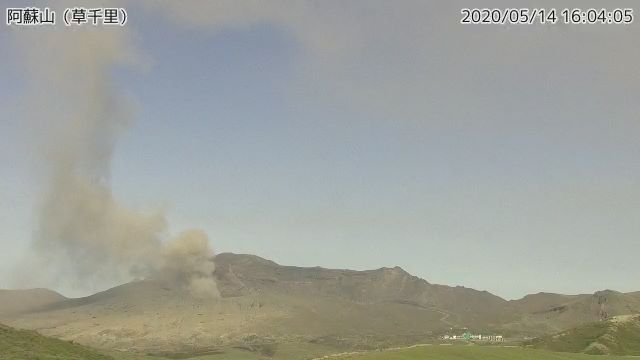 Ash plume rising from Aso volcano today (image: @hepomodeler/twitter)