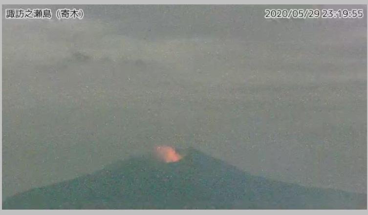 Constant glow from Suwanosejima volcano on 29 May (image: @TaTohru/twitter)