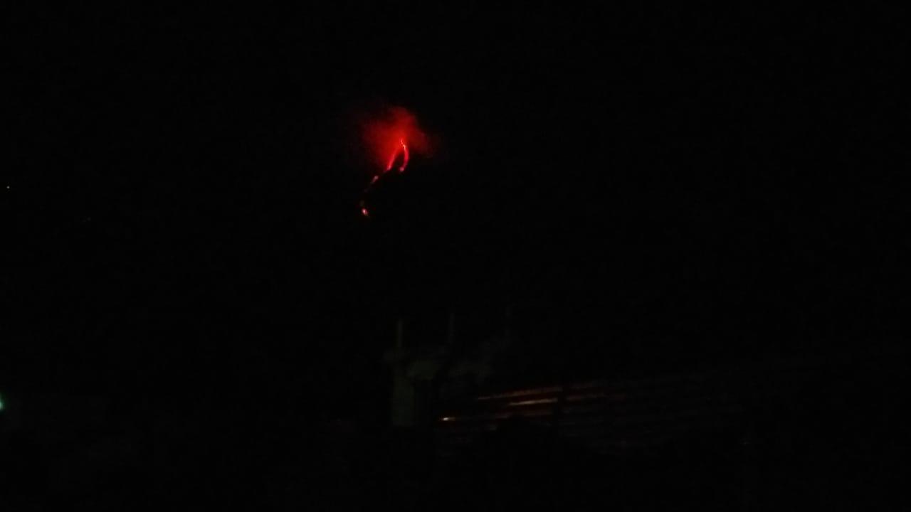 Incandescence from Pacaya volcano (image: @stereo100xela/twitter)