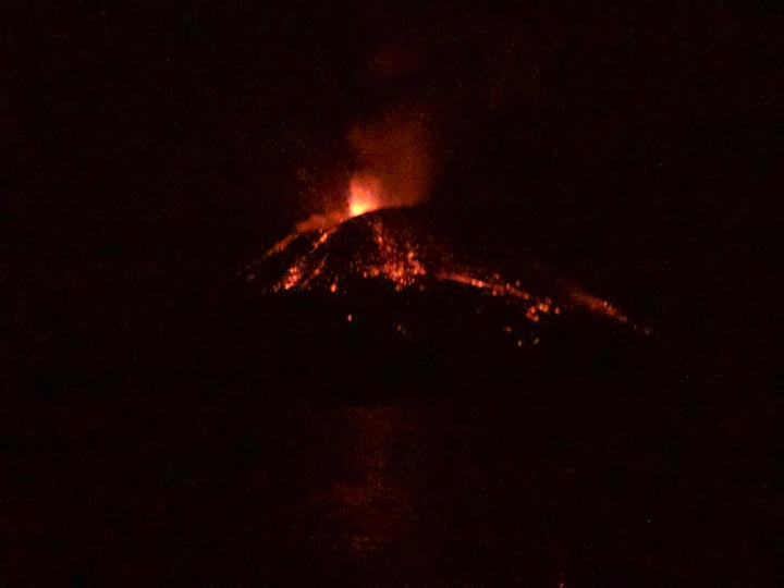 Explosive eruption at Anak Krakatau yesterday night (image: Aaron)