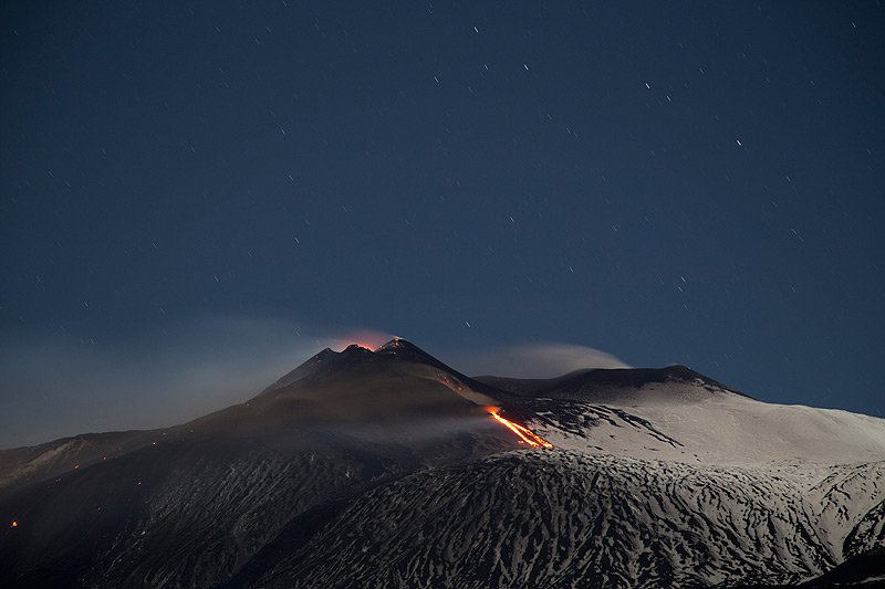 Lava effusion from the new effusive vent at the lower NE flank of Etna's NSEC (photo from last evening: Emanuela / VolcanoDiscovery Italia)