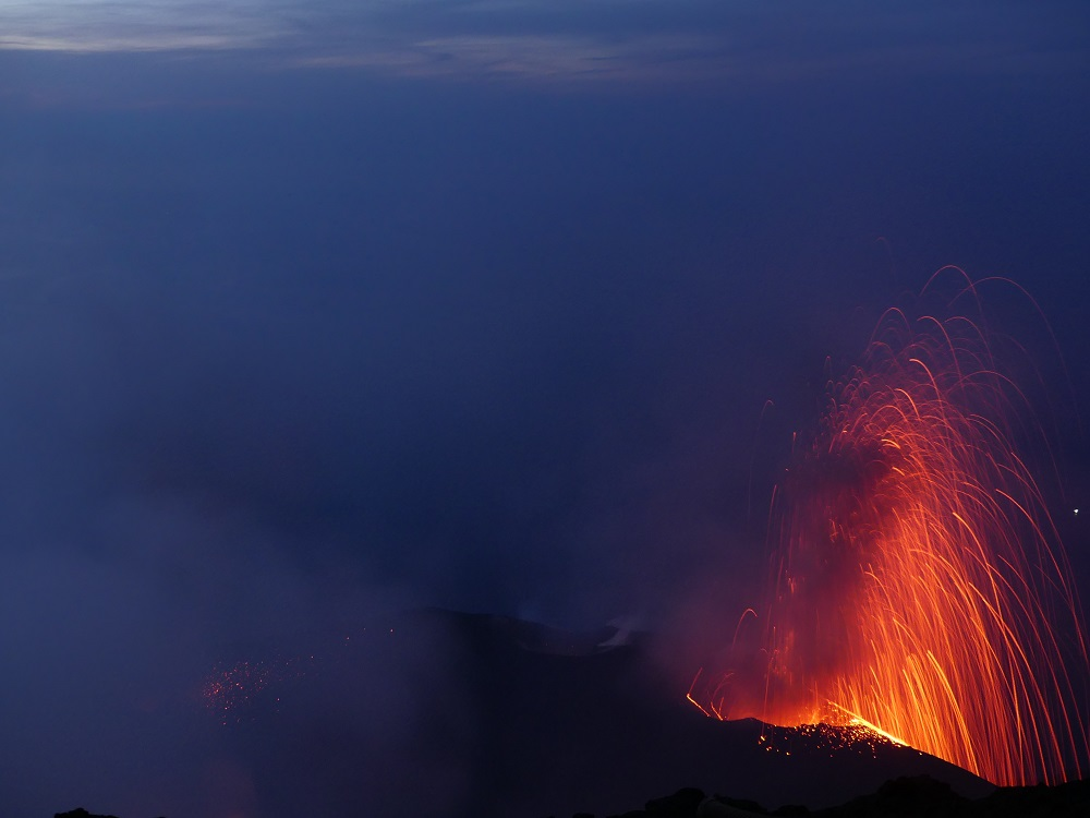 Eruption from NE crater at dusk (image: Ingrid Smet / VolcanoDiscovery)