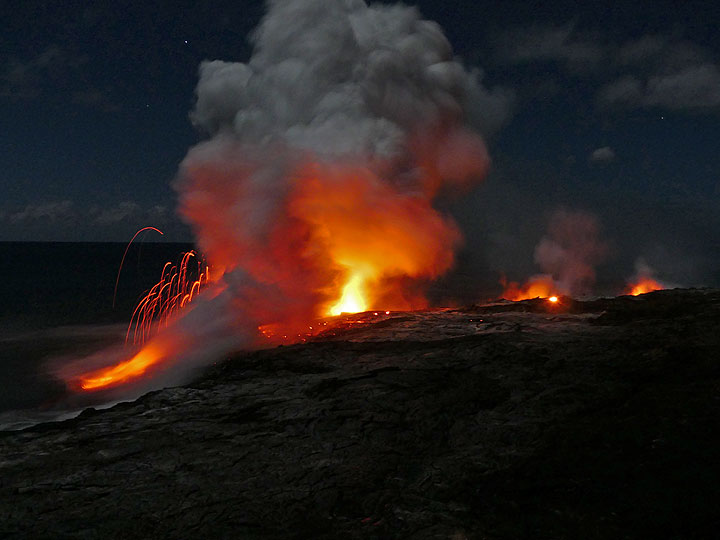 The lava sea entry at Kamokuna on 13 Nov 2016 evening (photo: Ingrid / VolcanoDiscovery)