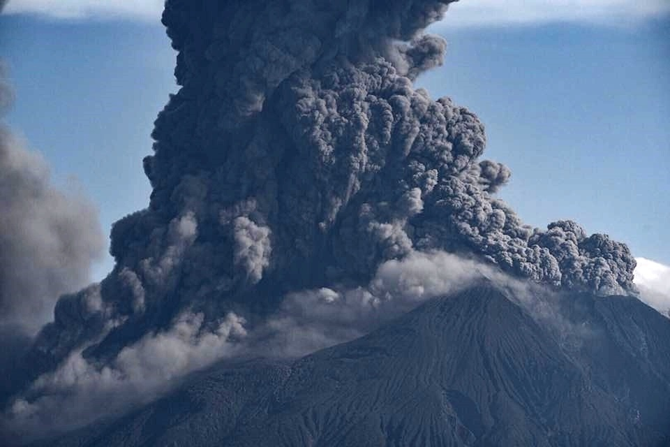 Image taken of Sakurajima's ash plume that rose after the volcano's large explosion on 16.06.2018 around 7h19 local time (photo Tomoaki Iwakiri / Twitter)