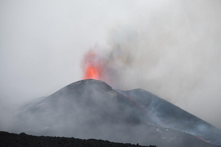 Извержение в кратер Этны в новом SE