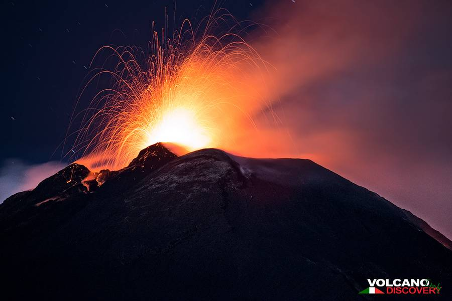 Strombolian Activity from the SE crater  (photo: Emanuela / VolcanoDiscovery Italy)