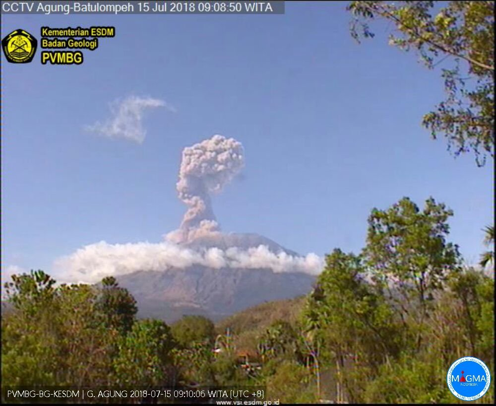 Agung volcano erupting this morning (image: PVMBG webcam)