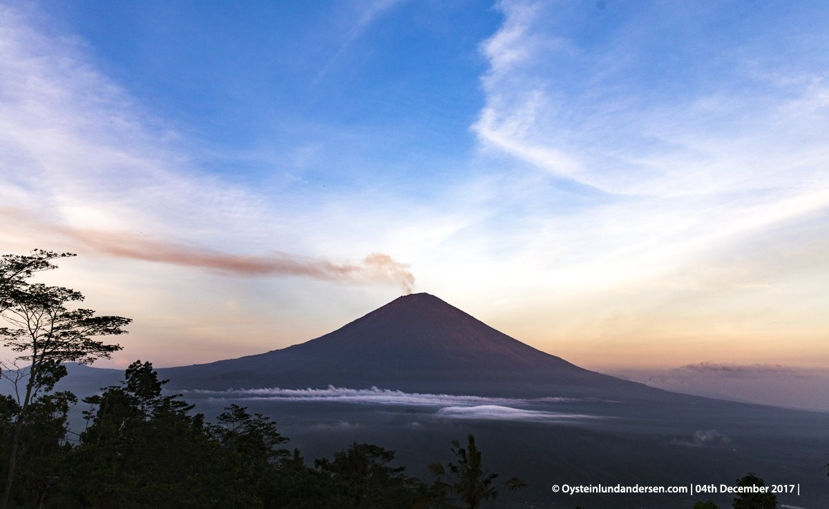 Deceivingly calm Agung volcano yesterday morning (image:  Øystein L. Andersen @OysteinLAnderse / twitter)