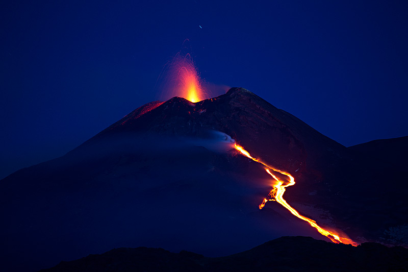 Strombolian activity and the lava flow this morning (14 May) (photo: Emanuela / VolcanoDiscovery Italia)