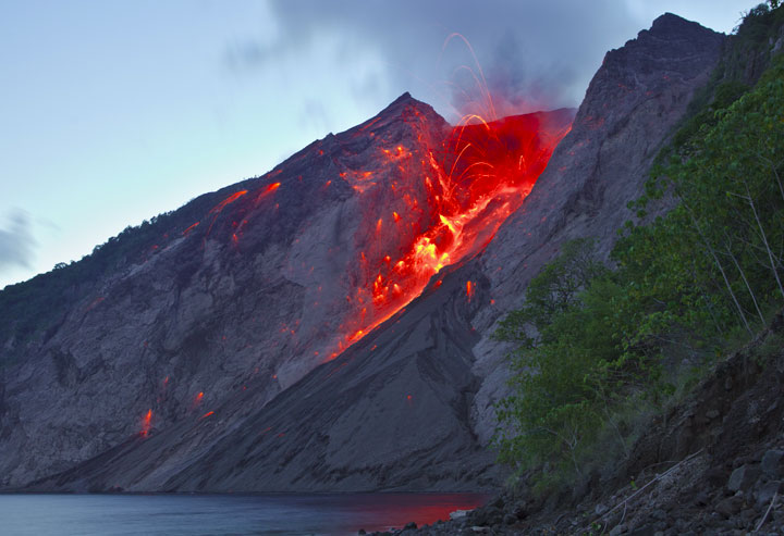 Strong strombolian explosion from the active crater of Batu Tara on 25 Nov 2012