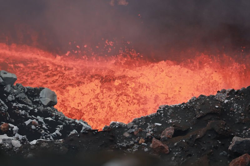 Lava lake in Benbow crater (Ambrym, Vanuatu) in mid July 2017 (photo: Yashmin Chebli / VolcanoDiscovery)