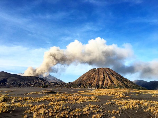 Ash emissions from Bromo in early Dec (photo via @jaimessincioco / twitter)