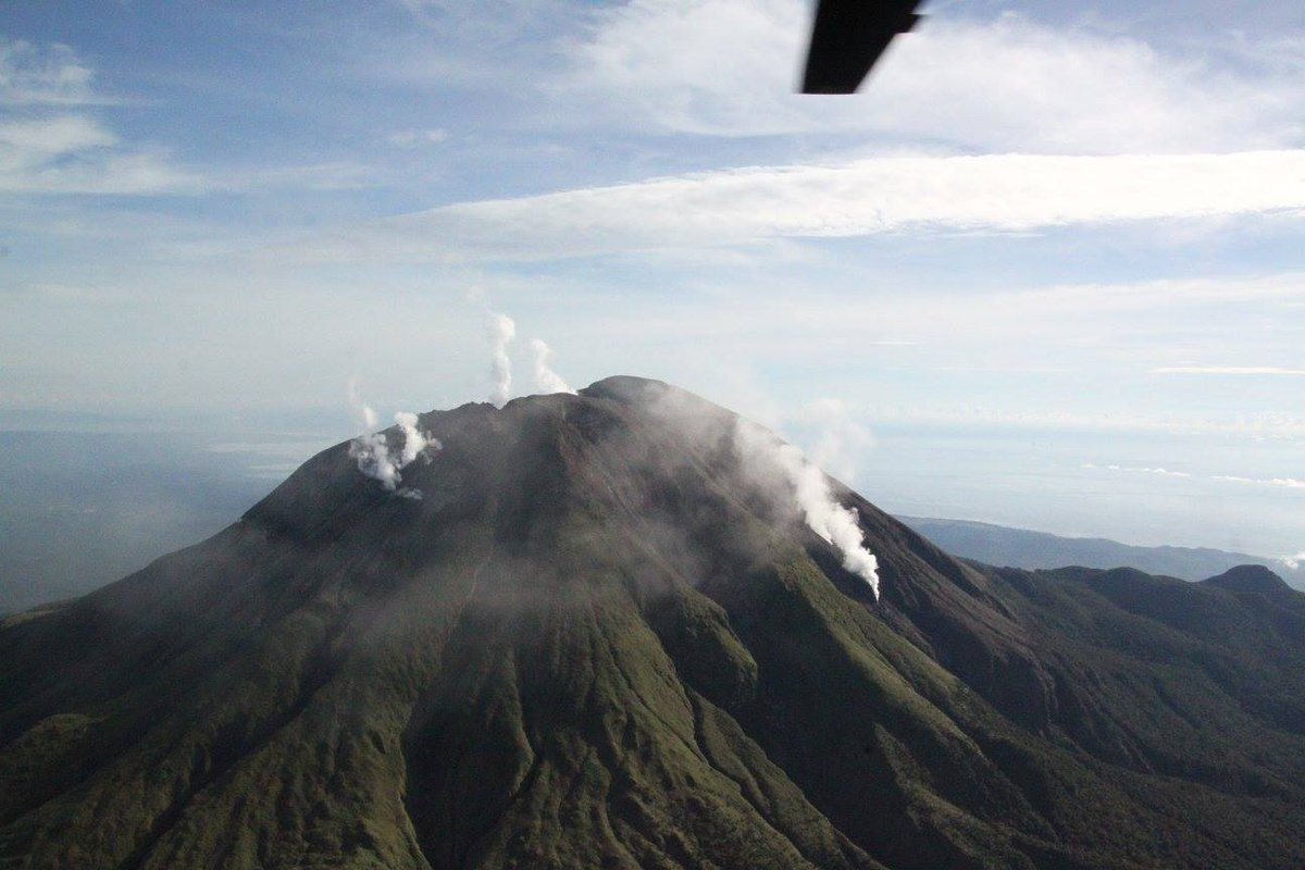 Bulusan on 7 Oct with a new very active fumarole on the southeast slope (image: PHILVOLCS)