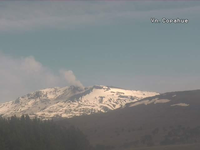Diffuse ash emissions from Copahue this afternoon