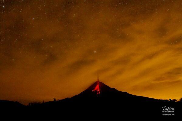 Colima volcano yesterday morning ( Image: Tapiro Fotógrafo @tapirofoto / Twitter)