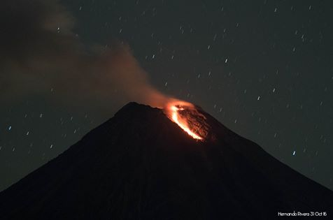 Glowing avalanche from Colima's new lava dome yesterday morning (image: Hernando Rivera / facebook)