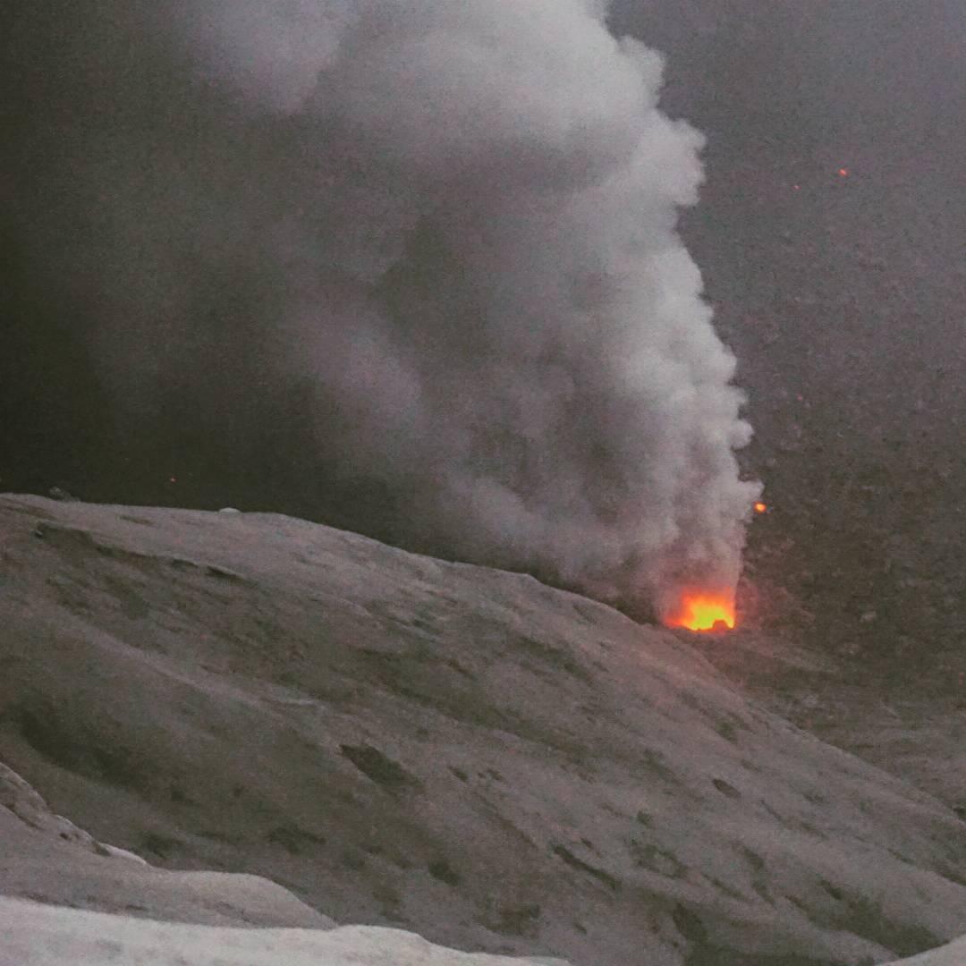 Active vent inside Dukono's crater (image: Aris Yanto)