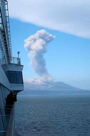 Explosive eruption at Ebeko volcano on 30 Sep 2018 (image by Jim Pettitt / released into public domain)