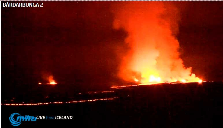 Activity at the main fissure this evening (Mila webcam)