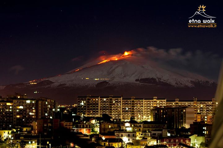 The new lava flow on Etna's SW side seen from Catania (photo: Emanuele Zuccarello / Etna Walk)
