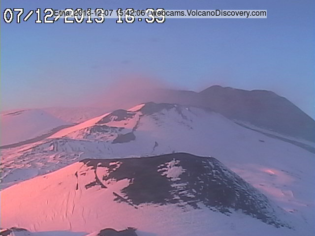 Beautiful webcam view of Etna in the evening light, the New SE crater in the upper right (Radiostudio7 Montagnola)
