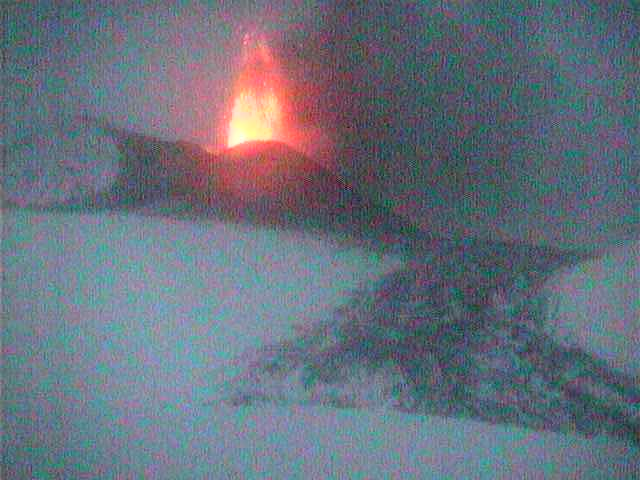Lava fountain from the New SE crater (Radiostudio7 webcam)
