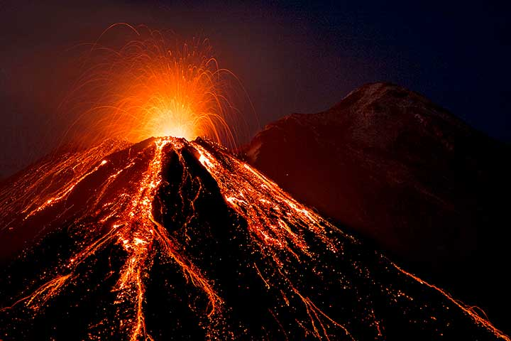 Strombolian activity from Etna's New SE crater last night (image: Emanuela Carone / VolcanoDiscovery Italy)