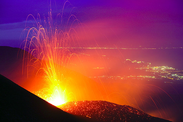 Strombolian explosion from a vent at 2800m a.s.l. on the May 13 eruptive fissure (Etna volcano)