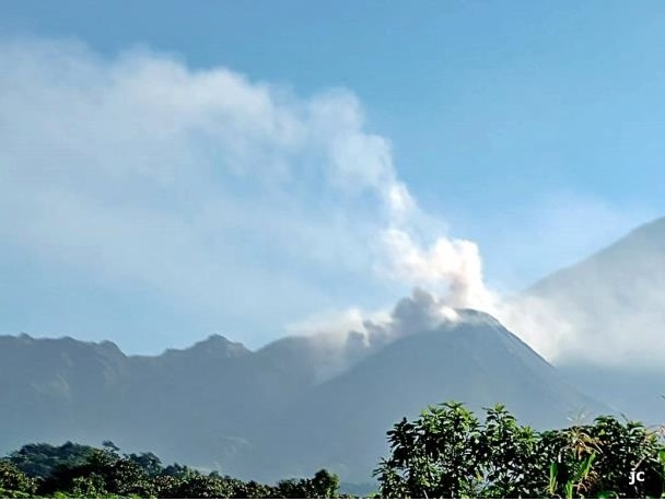 Pyroclastic flow from Santiaguito volcano (image: INSIVUMEH)