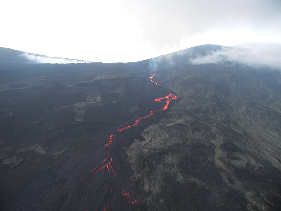 Piton de la Fournaise's lava flow on 21 May (photo: Fabrice Juigner / facebook)