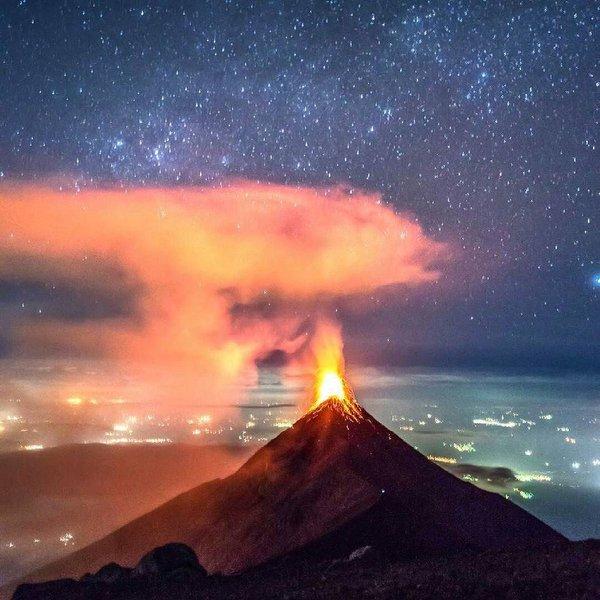 Fuego volcano yesterday (?) (image via MAXIMO NIVEL @maximoabroad / twitter)