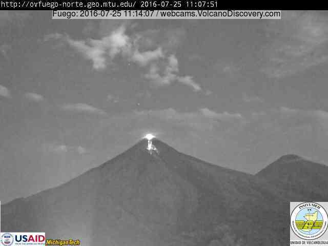 Fuego's lava flow this morning (INSIVUMEH webcam from east side)