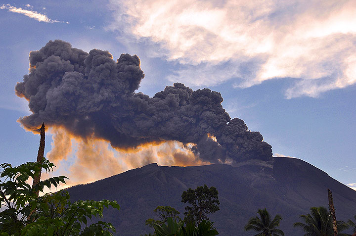 Gamalana erupting ash on 11 Dec (photo: Andi)