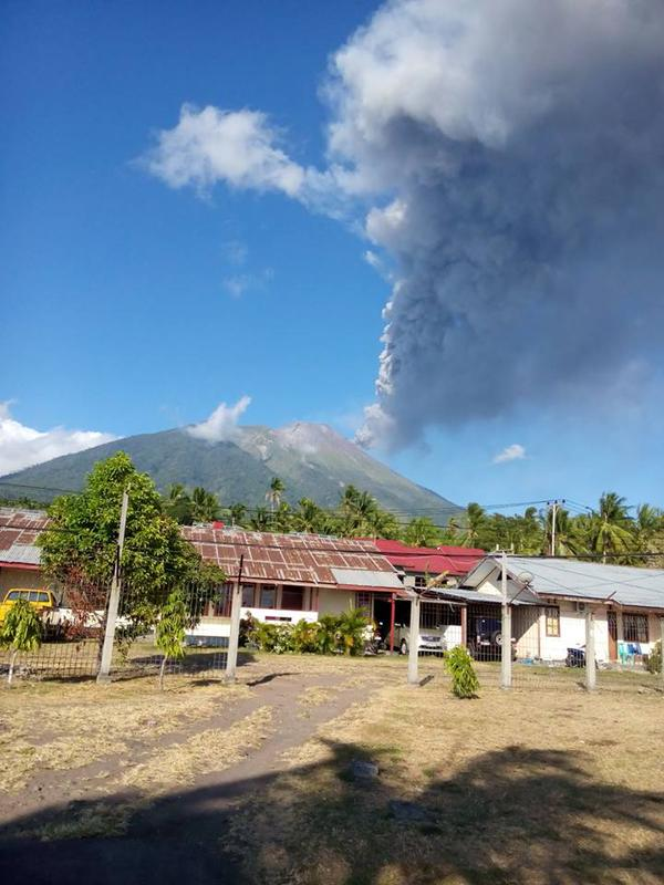Ash plume from this morning's eruption at Gamalama volcano (image: Leopold Kennedy Adam ‏@LeopoldAdam / twitter)